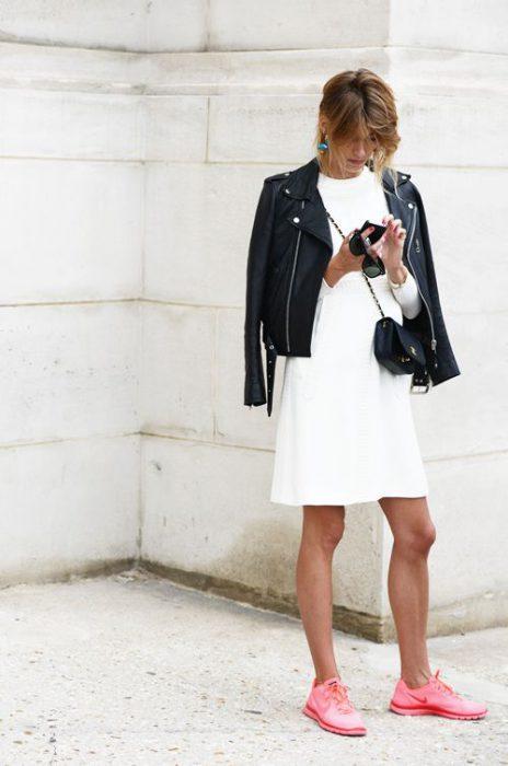 zapatillas rosa chicle con vestido blanco