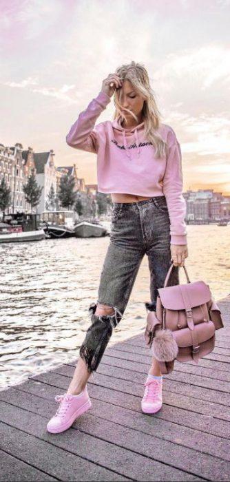 zapatillas rosa claro con jeans grises
