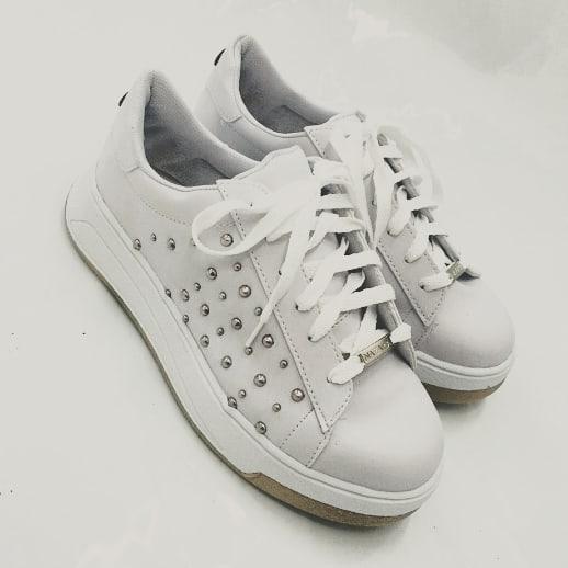 zapatillas blancas con tachas primavera verano 2021 Nazaria Calzados