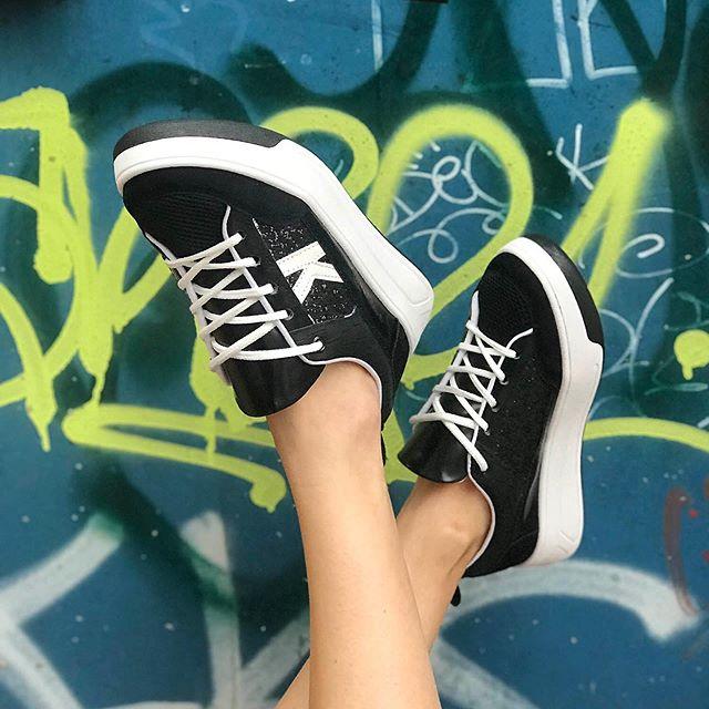 zapatillas negras y blancas verano 2021 Kate Kuba