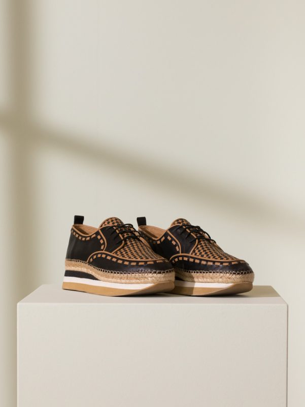 zapato abotinado con base alta de goma verano 2021 Jamin Chebar
