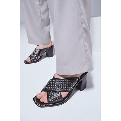 sandalias negras con minitachas verano 2021 Justa Osadia