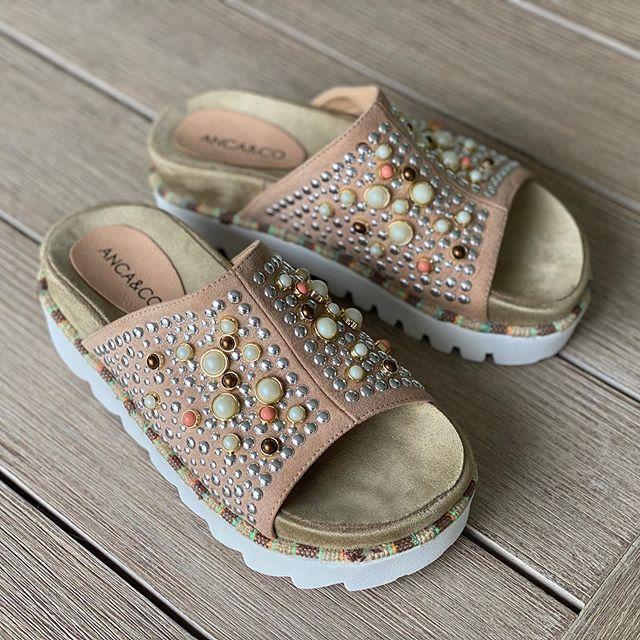 sandalias planas con perlas y tachas verano 2021 Anca co