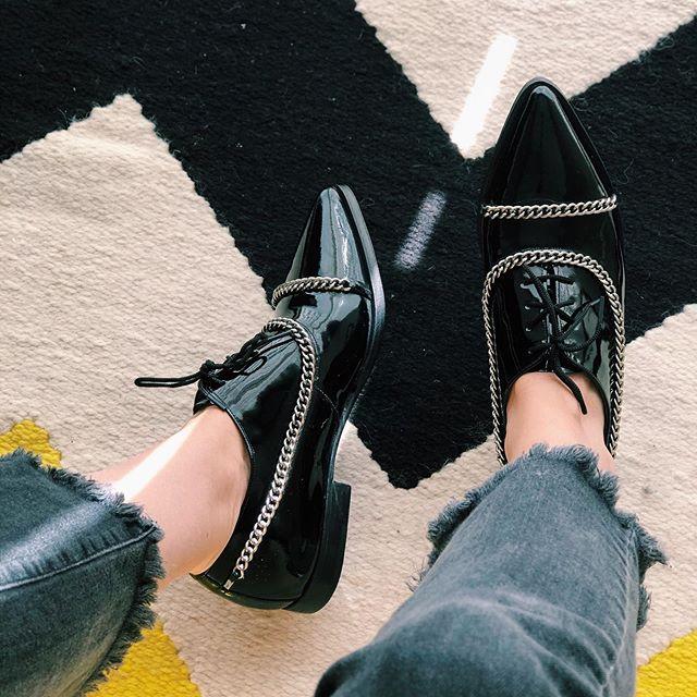 zapatos negros de charol con cadenas verano 2021 Gekke Calzados