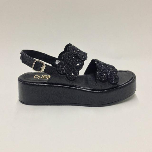 Sandalias negras con base alta verano 2021 Calzados Valerio