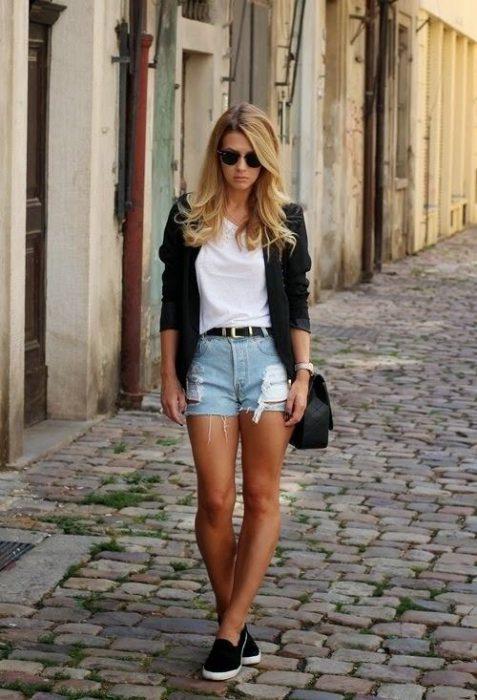 outfits casual pantalon corto con panchas negras
