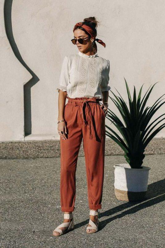 pantalon de lino con sandalias planas