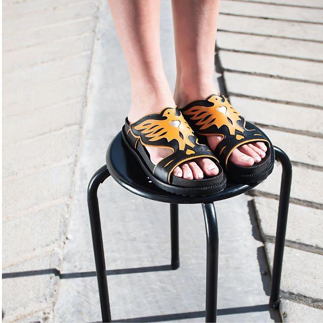 sandalias negras y naranjas verano 2021 Natacha calzados
