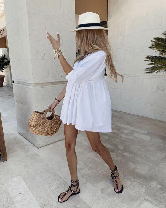 vestido corto con sandalias planas