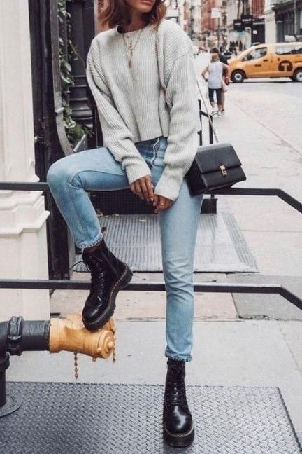 Jeans ajustados con borcegos