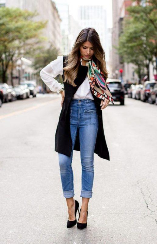 Jeans ajustados con stilettos negros