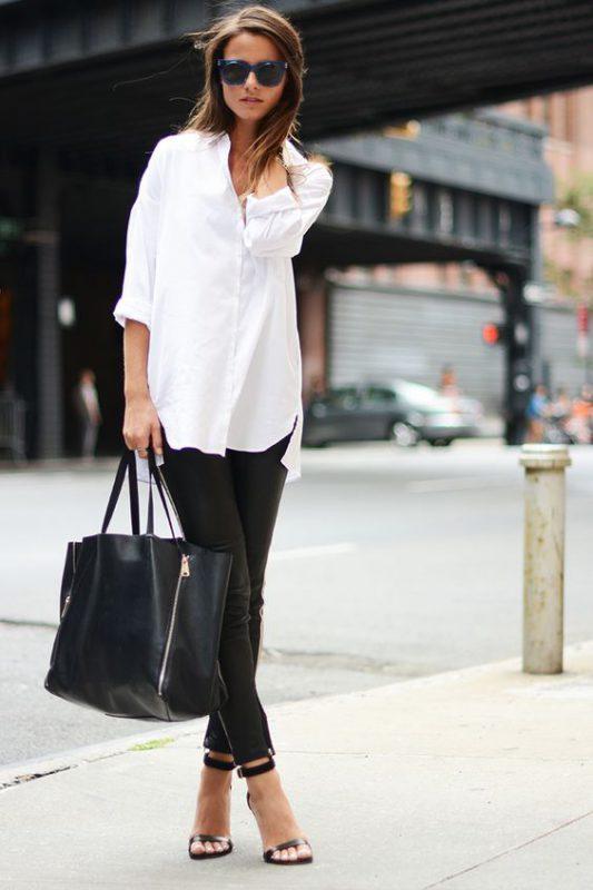 Jeans negro ajustado con sandalias de taco alto y fino