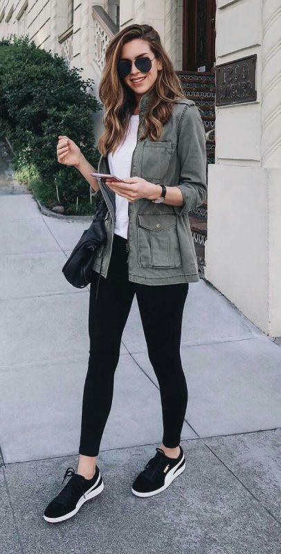 Look con leggings y zapatillas negras