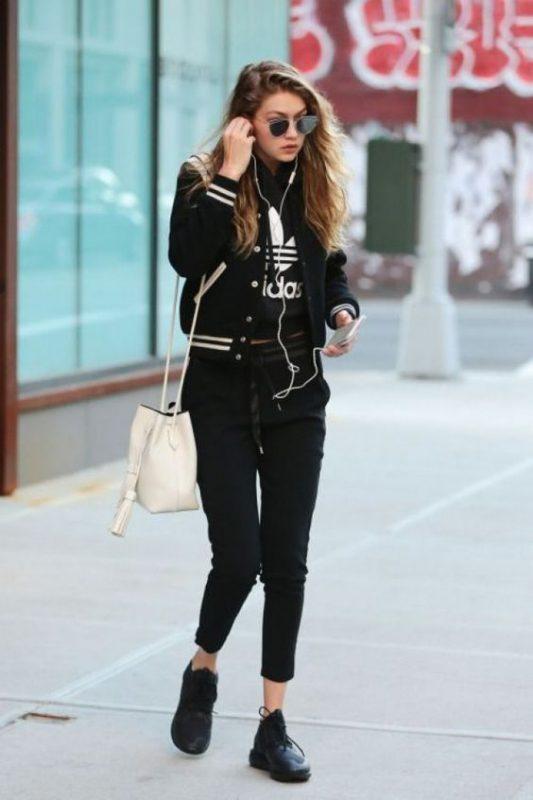 Outfit para mujer con zapatillas negras total black