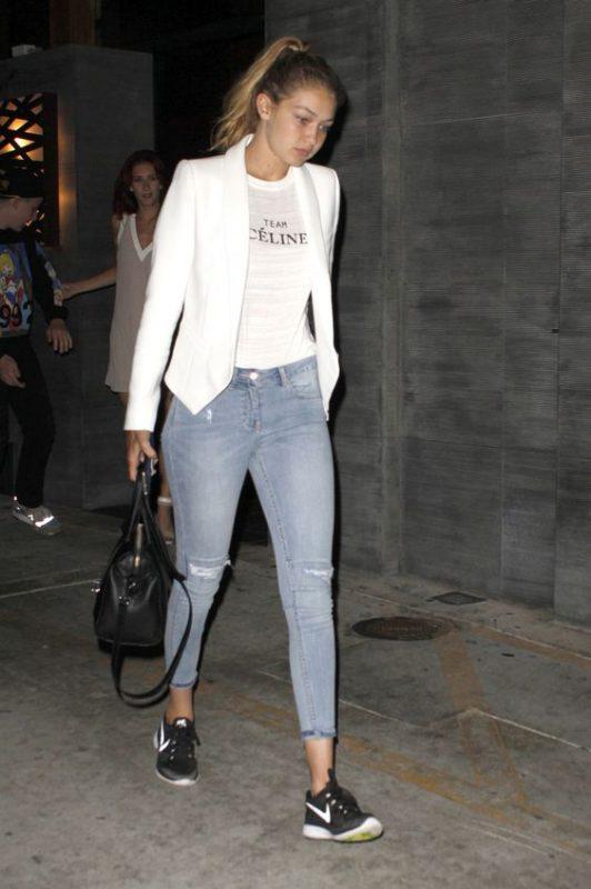 Outfit para mujer con zapatillas negras y jeans claro