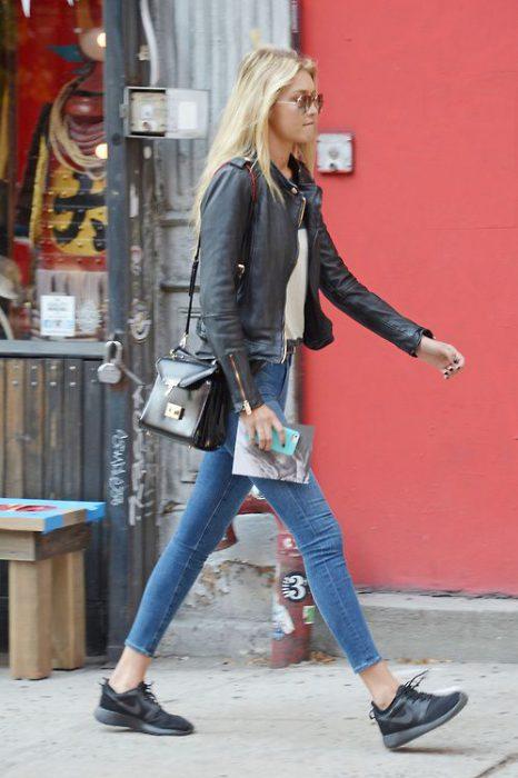 Outfit para mujer con zapatillas negras y jeans con campera de cuero