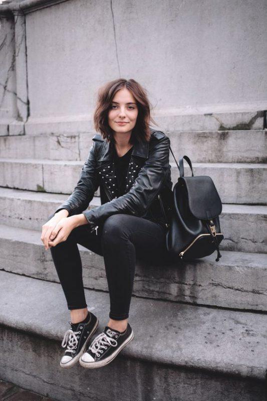 Outfit para mujer con zapatillas negras y pantalon negro