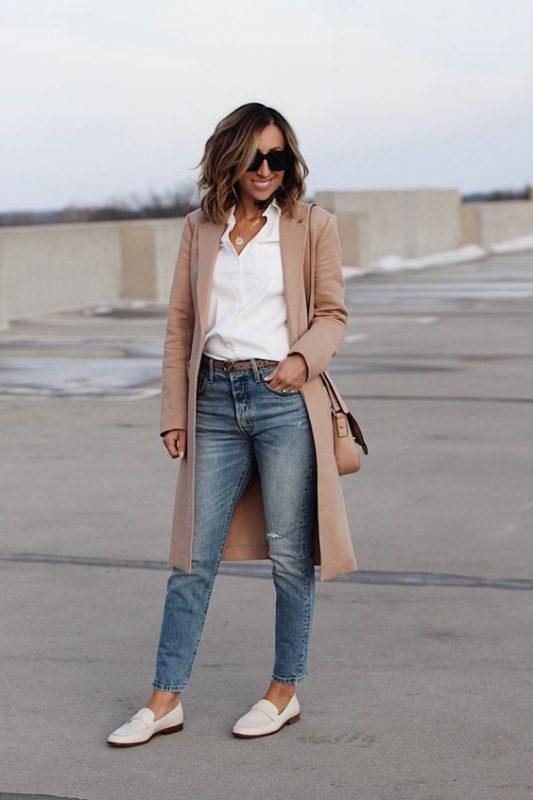 Outfits de mujer con mocasines blancos y jeans