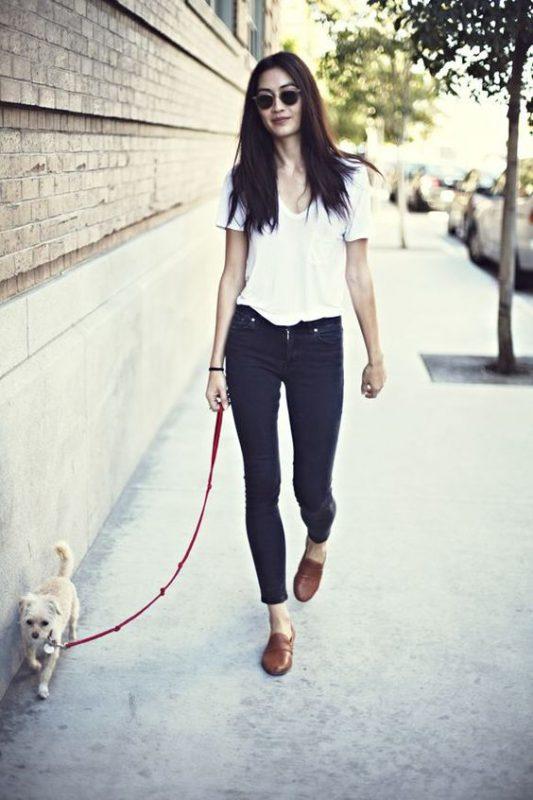Outfits de mujer con mocasines marrones y jeans negro