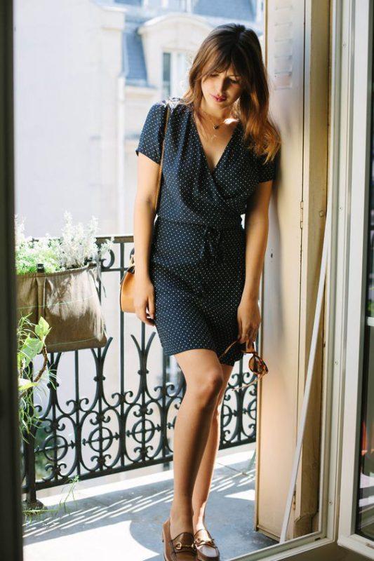 Outfits de mujer con mocasines marrones y vestido a lunares