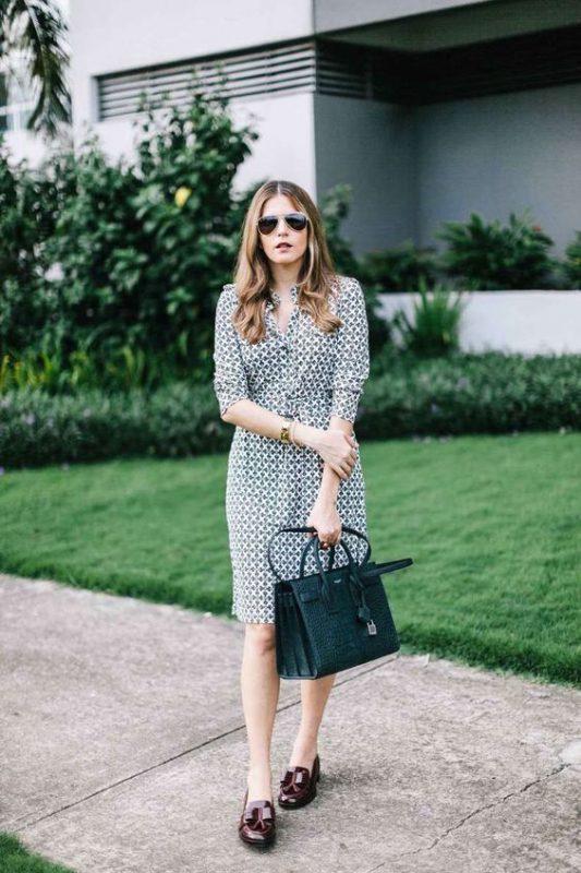 Outfits de mujer con mocasines morados y vestido