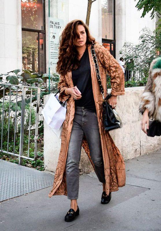 Outfits de mujer con mocasines negros y jeans grises