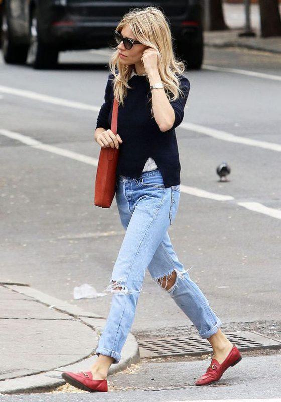 Outfits de mujer con mocasines rojos y jeans