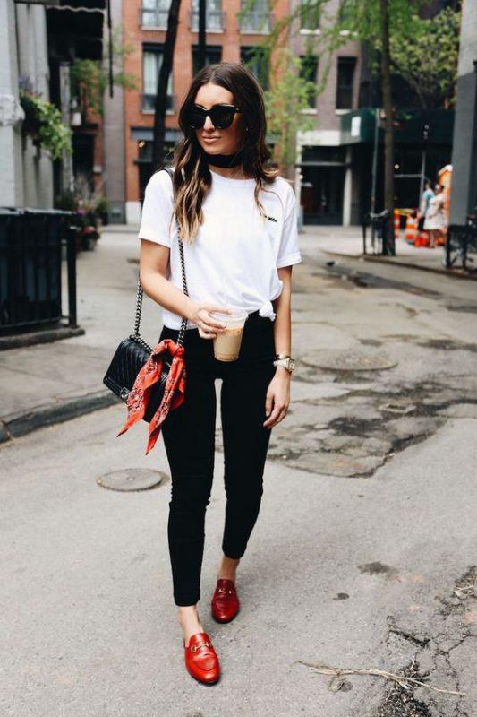 Outfits de mujer con mocasines rojos y jeans negro