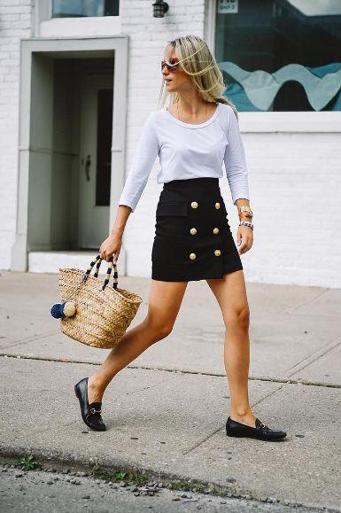 Outfits de mujer con mocasines y minifalda abotonada