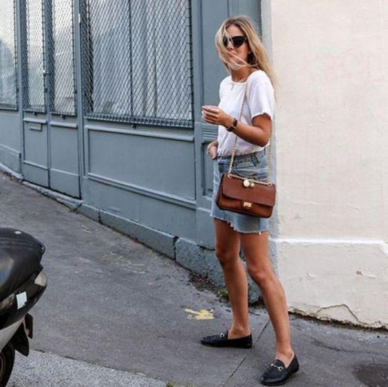 Outfits de mujer con mocasines y minifalda de jeans