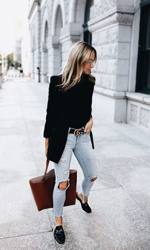 Outfits de mujer con mocasinesy jeans rotos