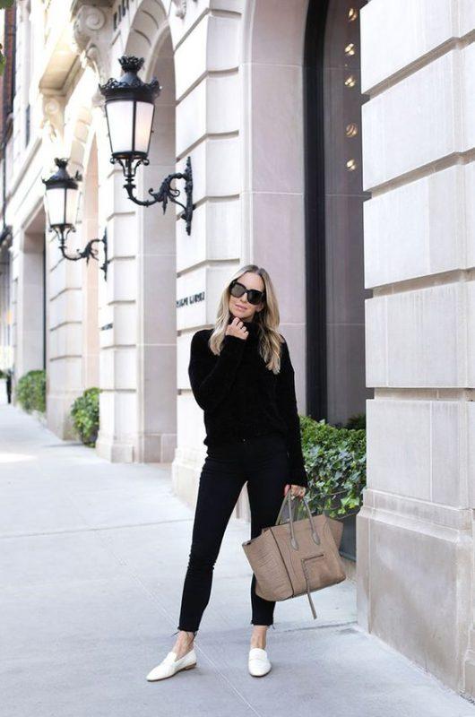 Outfits negro de mujer con mocasines blancos