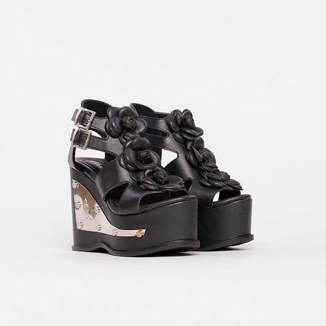 Sandalias negras altas con plataformas verano 2021 Luciano Marra
