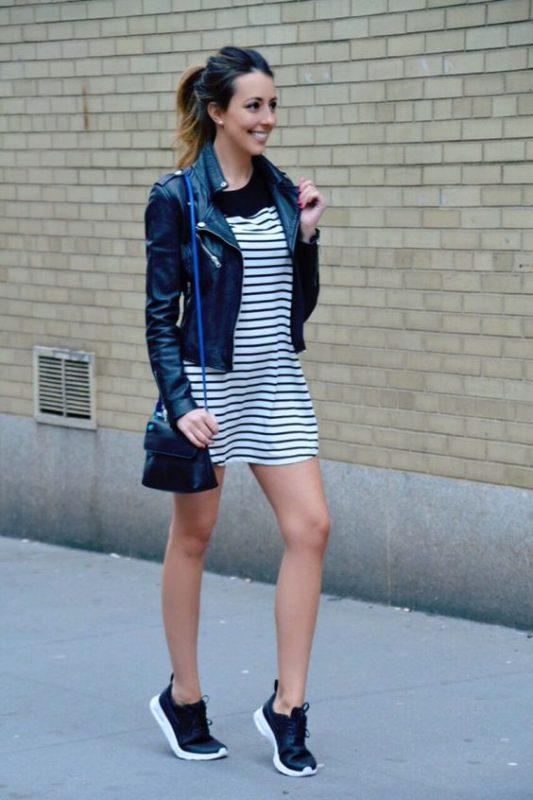 Vestido a rayas con zapatillas negras