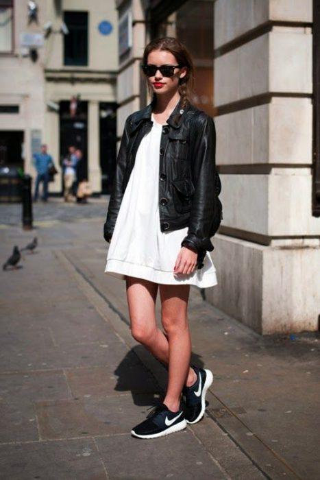 Vestido blanco con zapatillas negras