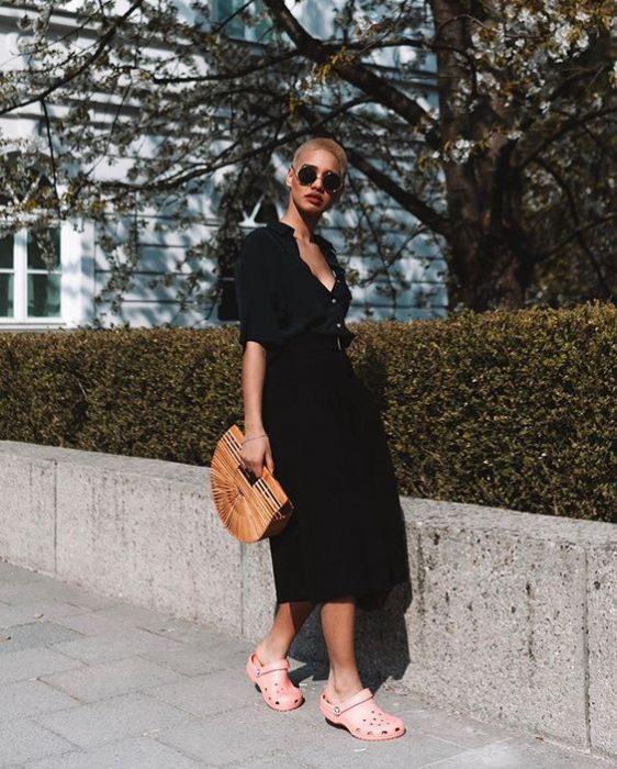 Vestido negro con crocs rosa