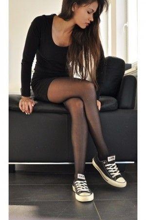 Vestido negro de noche con tenis negra