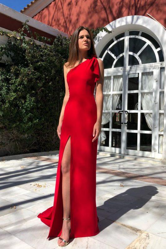 Vestido rojo con sandalias plateadas