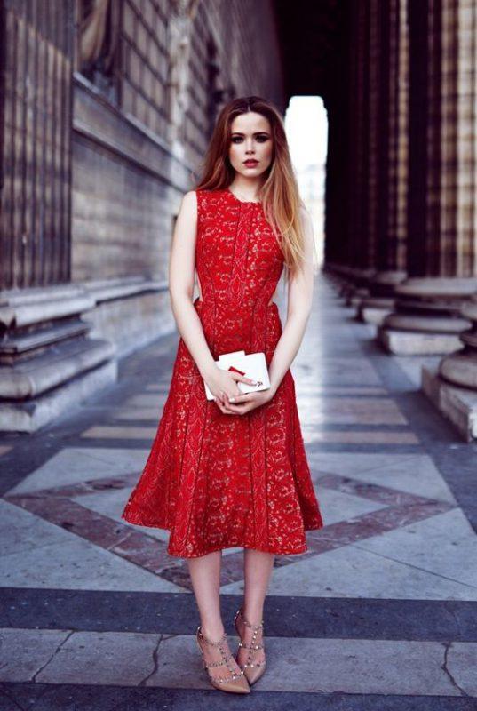 Vestido rojo de encaje con zapatos beige