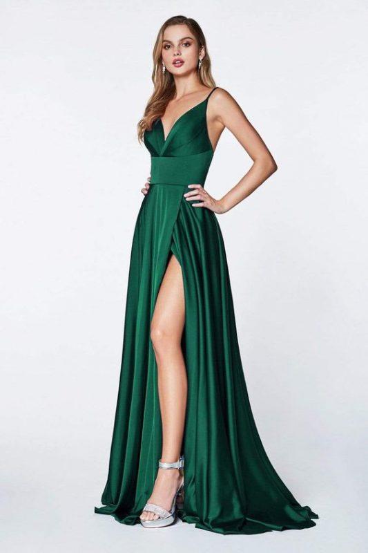 Vestido verde esmeralda consandalias plateadas