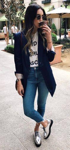Zapatos plateados planos abotinados con jeans