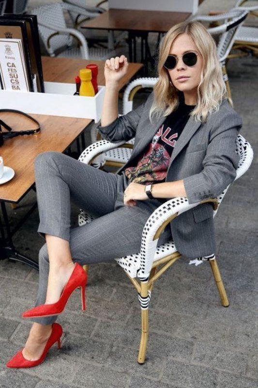 Zapatos rojos con prendas en tonos neutros