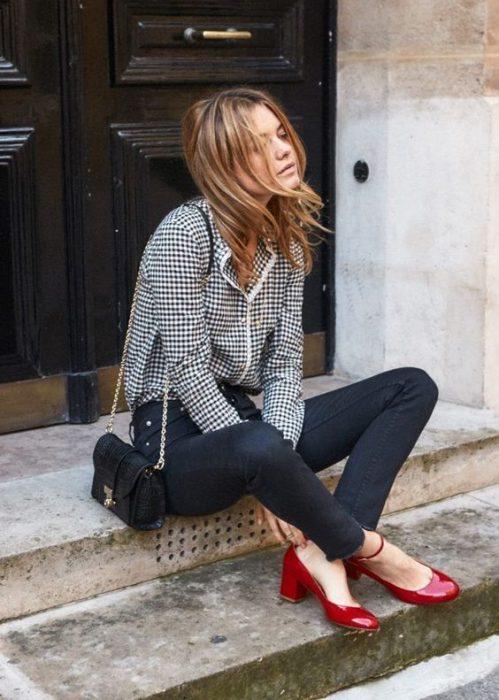 Zapatos rojos guillermina de charol con jeans