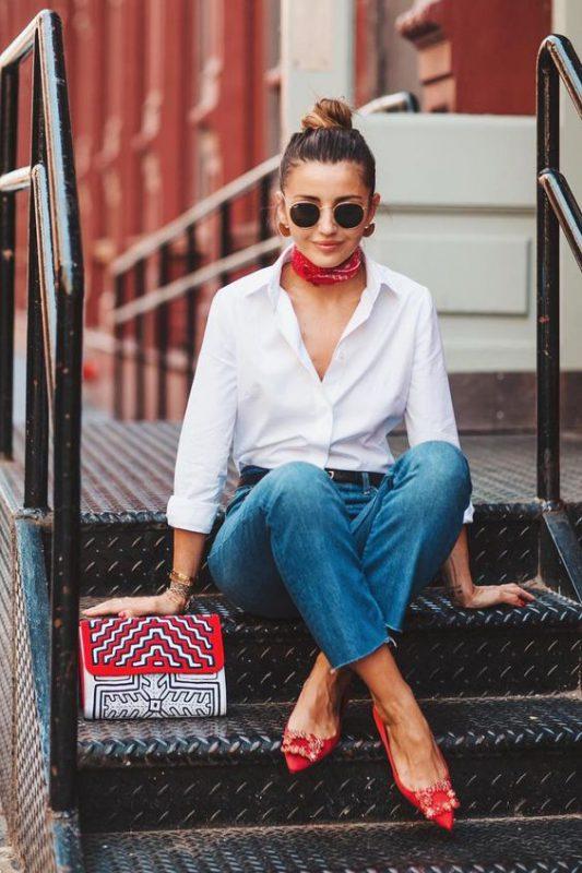 Zapatos rojos stilettos planos con jeans