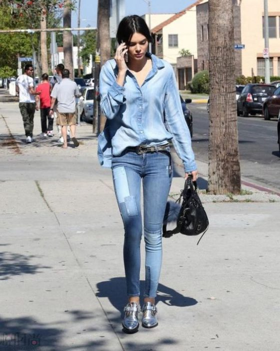 botitas plateadas con jeans