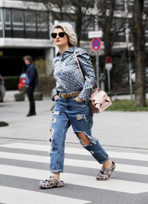 crocs con jeans rotos