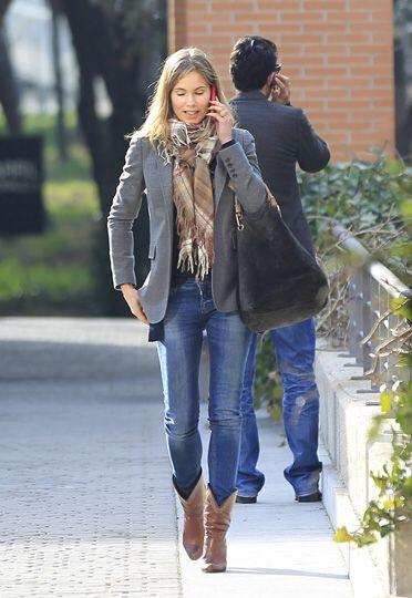 jeans ajustados con botas texanas