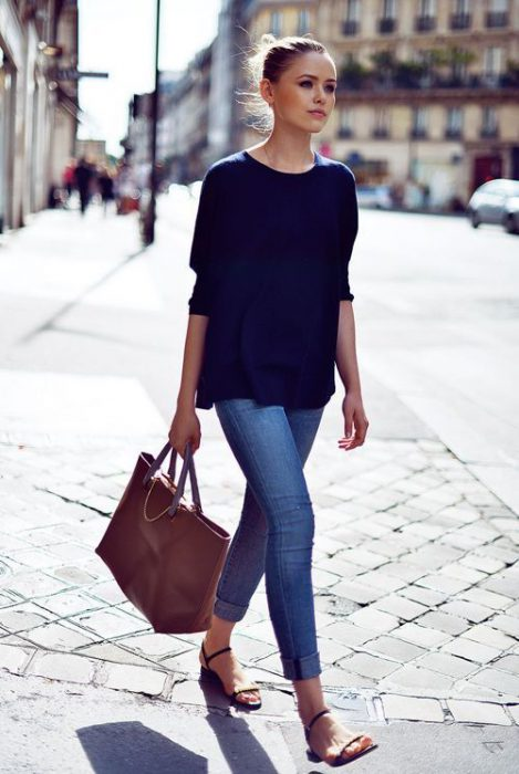 jeans ajustados con sandalais planas