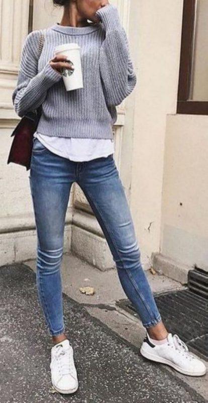 jeans ajustados con zapatillas blancas