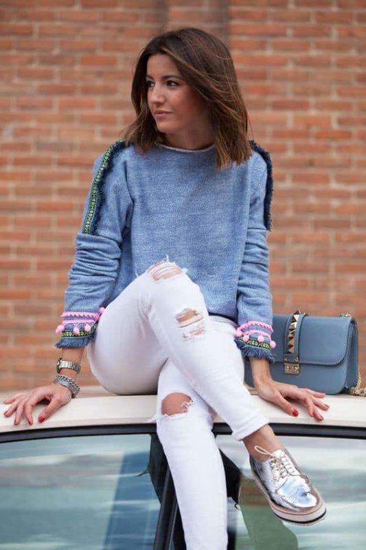 jeans blancos con zapatos plateados